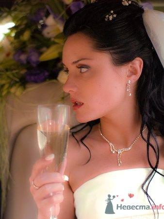 Невеста с бокалом шампанского.