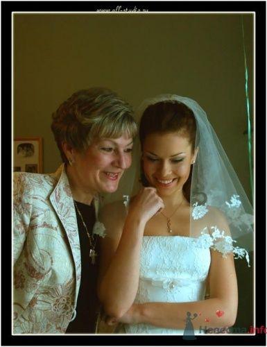 Фотография невесты с мамой.