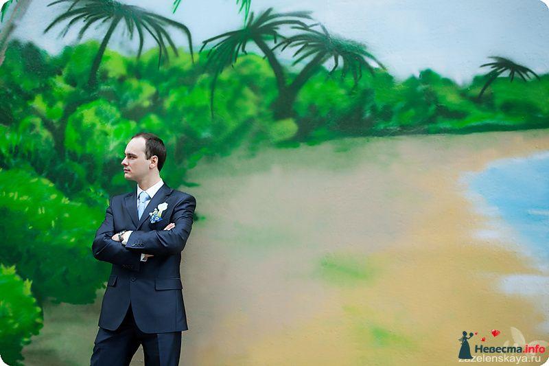 """Синий классический костюм жениха """"двойка"""" с белой рубашкой, голубым галстуком и бутоньеркой из голубых и белых цветов - фото 104456 Фотограф Оксана Зазеленская"""