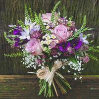Летний легкий полевой букет в рустик стиле.Выполнен из розы,вероны,эустому,танацетума,сантини,с добавлением зелени.Цена 2800р.