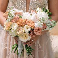 Букет в стиле геометрия,выполнен из роз,ранункулюсов,матиолы,гвоздики,пионов.Цена по запросу.