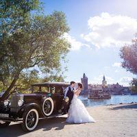 Влатава с видом на Карлов мост, ретроавтомобиль, который гармонично вписывается в старую атмосферу Праги, немного везения в виде ретро-кораблика и конечно прекрасная пара