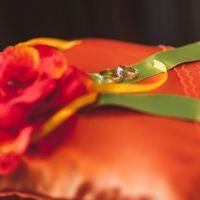 Оранжевая подушечка для колец с цветком