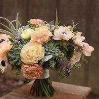 Букет невесты из анемонов, суккулента и брунии