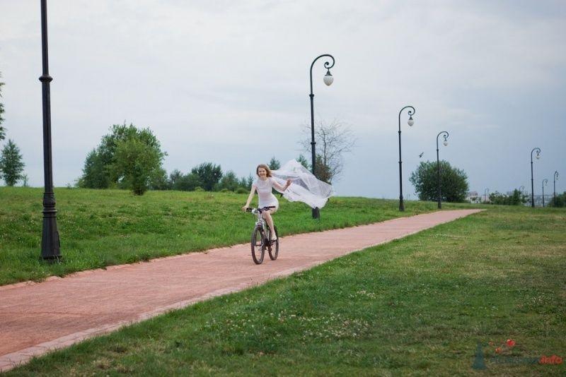 Невеста едет на велосипеде  впарке