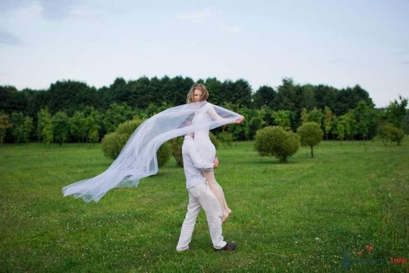 Жених в поле держит на руках невесту - фото 53315 malysh_eva