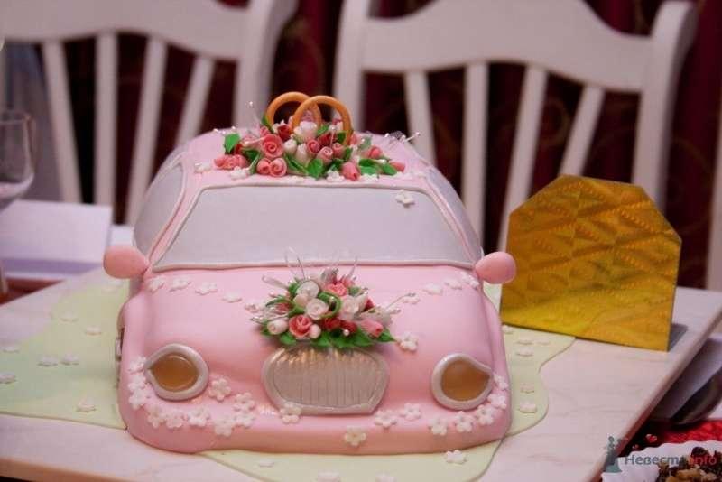 Свадебный торт, выполненный у форме  розовой машины, украшен цветами  - фото 39672 Veola