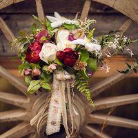Букет невесты для свадьбы в стиле рустик из роз, фиалок и пионов