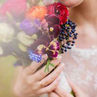 Букет невесты из ранункулюсов, анемонов и фиалок