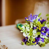 Букет невесты в фиолетово-салатовых цветах из ирисов