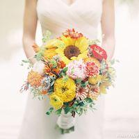 Букет невесты из астр, пионов и желтых подсолнухов