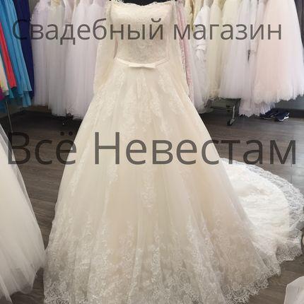 Пышное кружевное свадебное платье с рукавами и длинным шлейфом