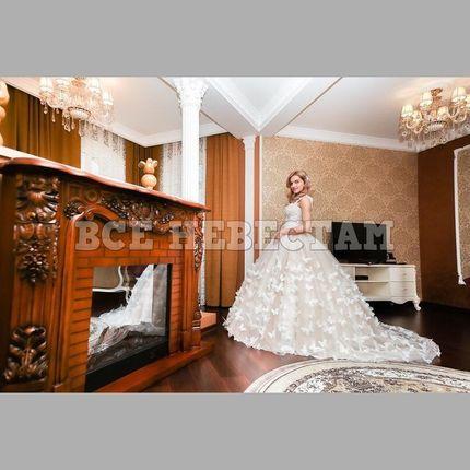 """Пышное свадебное платье с украшением """"бабочки"""""""