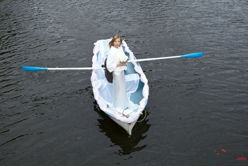 Прогулка молодоженов на речке в свадебной белой лодке с голубыми - фото 52153 daisy82