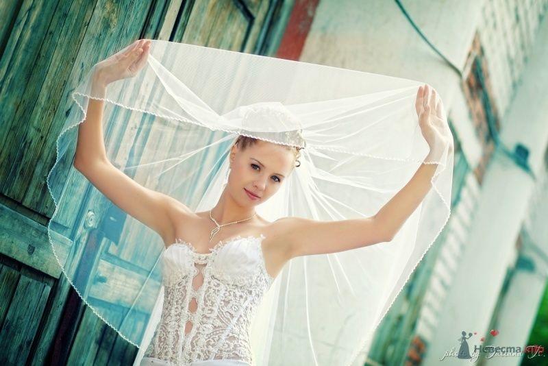Невеста в белом длинном платье стоит посреди комнаты - фото 45515 KartInka