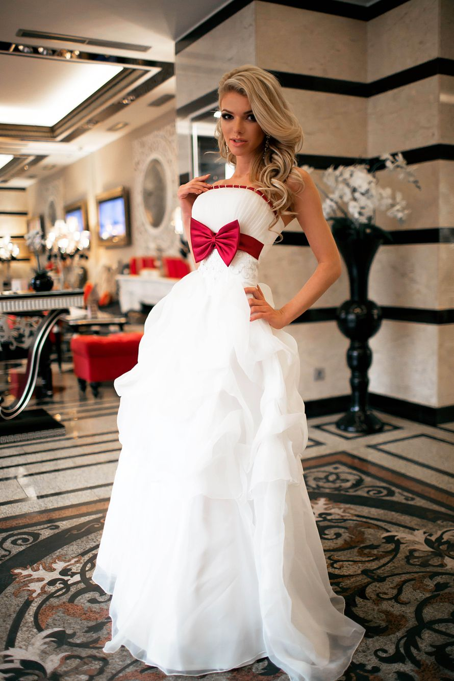 Красный бант на свадебном платье
