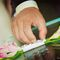 Перевязанный лентой букетик цветов с кольцами
