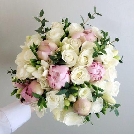 Букет невесты из роз, пионов и фрезий