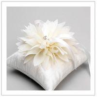 Белая подушечка для колец с пышным цветком, hand made