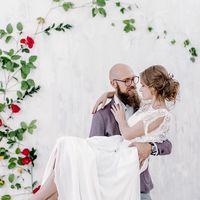 свадьба, жених, невеста, сборы, фотосессия, студия, фотостудия, собака, фотосессия с животными, декор, красный, белый, оранжевый, желтый