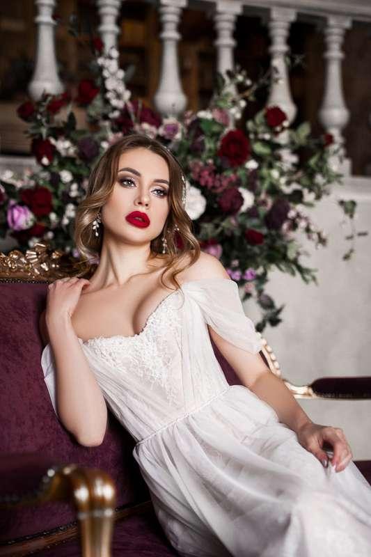 Свадебный макияж с красной помадой, низкий пучок, яркий макияж - фото 16954702 Визажист-стилист Вероника Виноградова