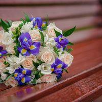 Букет невесты из сиреневых ирисов и розовых роз