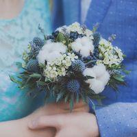 Свадебный букет в синем цвете. В составе букета: ваксфлауэр, синеголовник, декоративная зелень, дымчато-синие ягоды, коробочки натурального хлопка, крымская лаванда. Ножка декорирована атласными лентами и брошью с изображением синей бабочки.