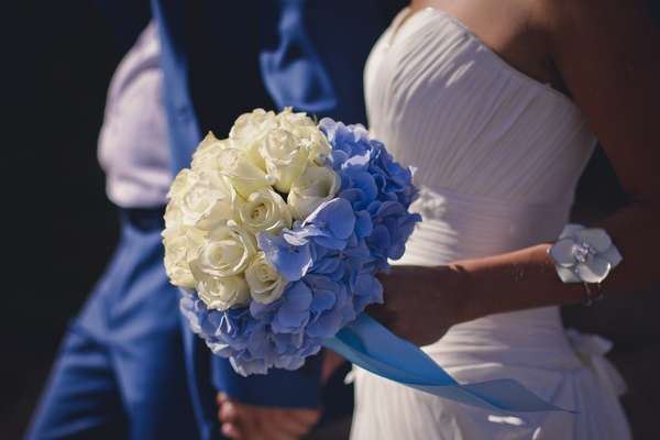 """Эпизод церемонии бракосочетания. Букет невесты из гортензий и роз подчёркивает торжественность момента - фото 2773421 Компания """"Аспект-Н""""- организация свадьбы"""