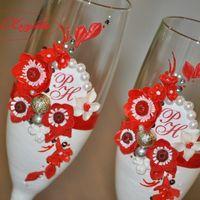 """Свадебные бокалы """"Афродита"""" в красно-белом цвете с рамками и инициалами."""