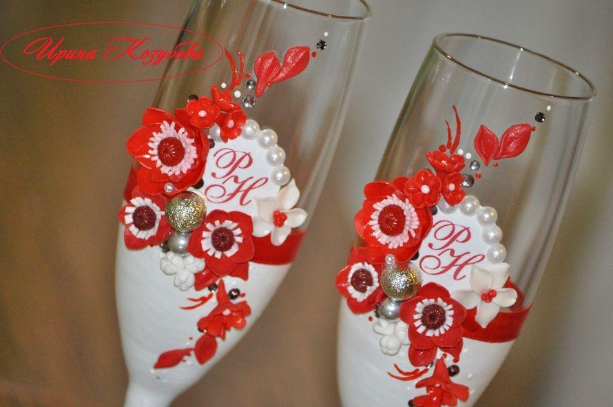 """Свадебные бокалы """"Афродита"""" в красно-белом цвете с рамками и инициалами. - фото 7531854 Свадебные аксессуары от Ирины Козубовой"""