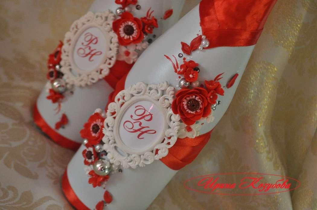 """Свадебные бутылочки""""Афродита"""" в красно-белом цвете с рамками и инициалами. - фото 7550192 Свадебные аксессуары от Ирины Козубовой"""