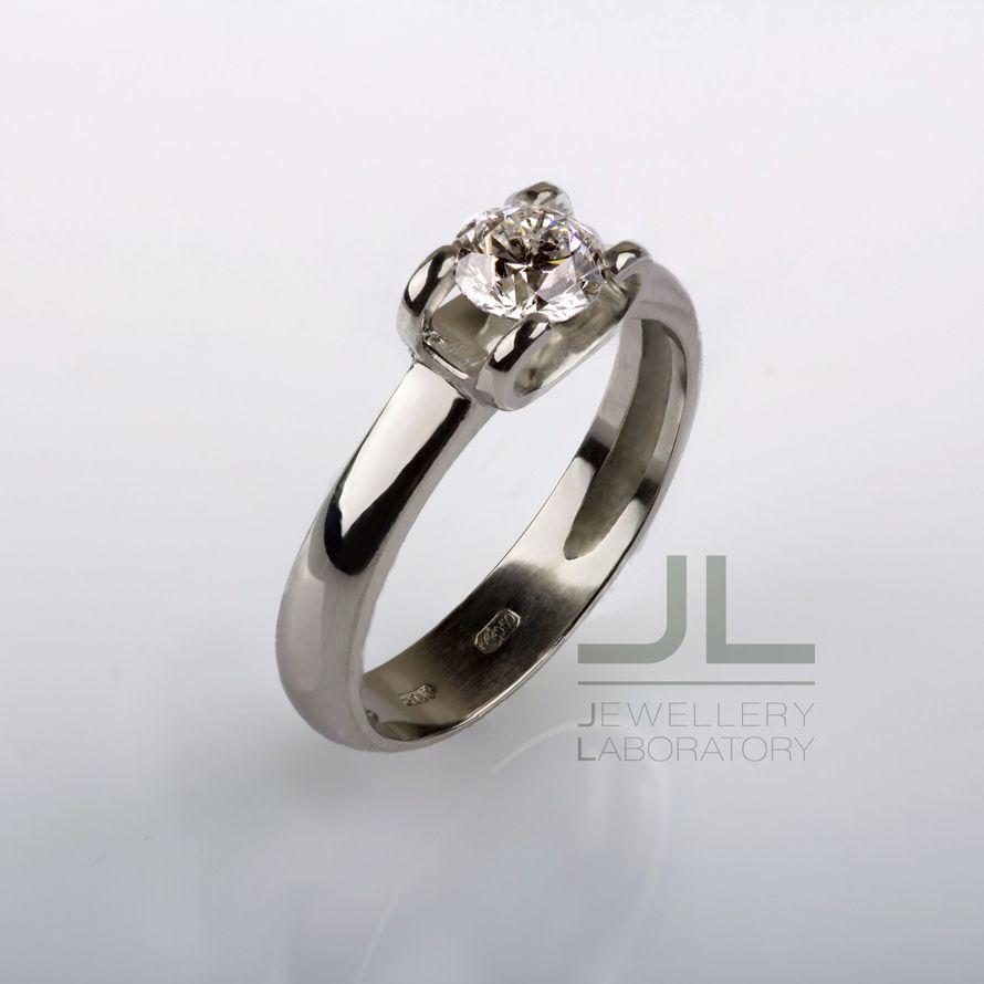Платиновое кольцо с бриллиантом