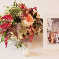 Осенняя композиция на столы гостей с пионовидной розой, глориозой и зеленью