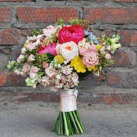 Яркий и ароматный букет невесты с пионами, пионовидной розой, суккулентами и множеством деталей
