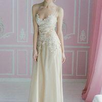 """Платье """"Крем Брюле"""" от дизайнера Юлии Валлиулиной. Светло бежевое платье, с расшитым кружевным лифом и шифоновой струящейся юбкой. На спинке со шнуровкой.  Размер 42-44 Стоимость 29400"""