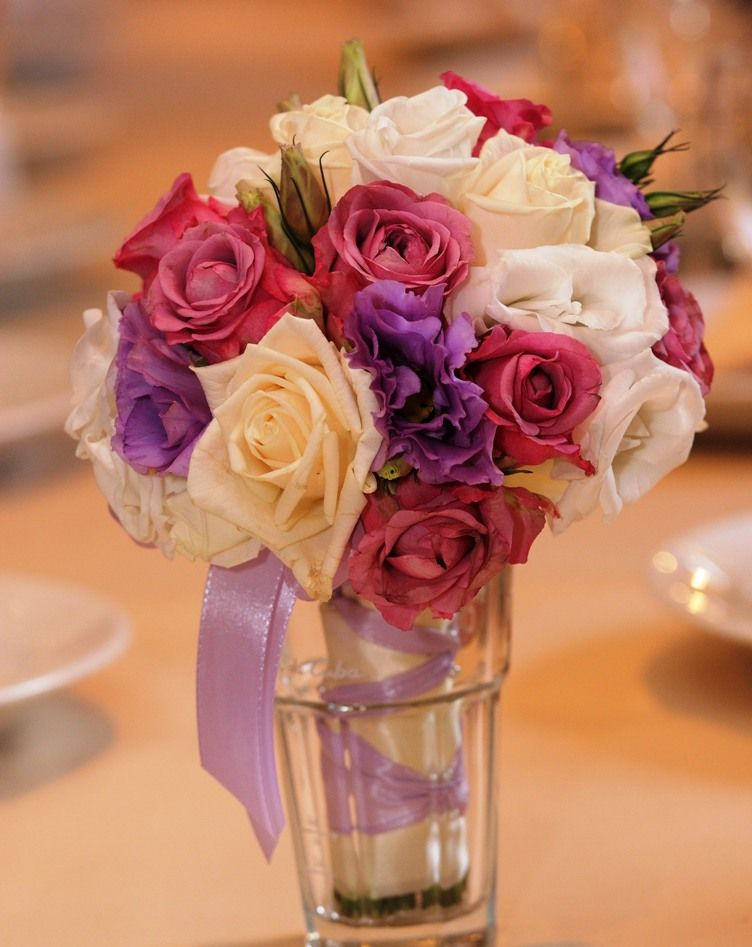 Букет невесты из сиреневых эустом, розовых и нежно-желтых роз, декорированный белой и сиреневой атласной лентой  - фото 833063 Дизайн-студия Ольги Шишловой