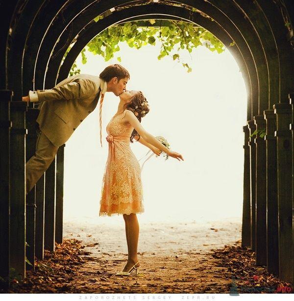 Жених и невеста целуются в темном тоннеле - фото 30886 Фотограф Запорожец Сергей