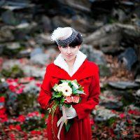 Невеста в красном с букетом из гербер