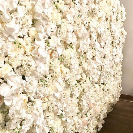 Цветочная стена из роз, пионов и орхидей в аренду