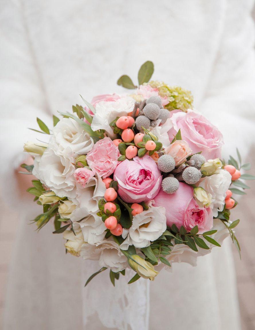 Букет невесты с розовыми ягодами гиперикума