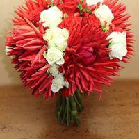 Красно-белый букет невесты из астр, роз и гиперикума