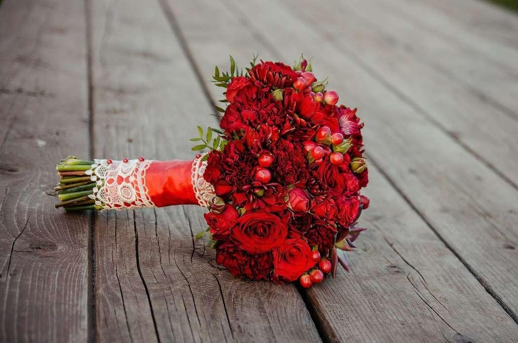 Кустовые гвоздики, красный букет невесты из гвоздик купить