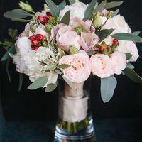 Букет невесты с пионами, розой Бомбастик, красными ягодами гиперикума и эвкалиптом