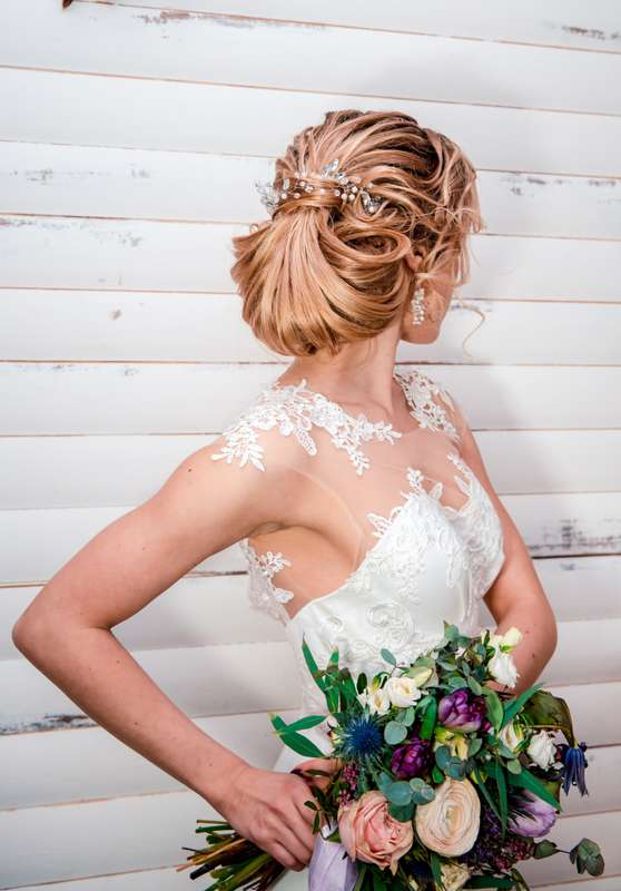 Свадебная прическа от 2000 до 4000 руб. - фото 17208592 Стилист Оксана Бабаева