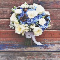 Букет невесты из гортензии, пионовидной крупной и кустовой роззочки, фрезии, ягод серой брунии и ежевики.   (812) 92 337 87  (Петербург)