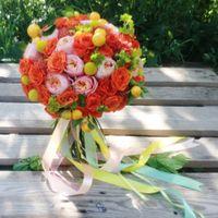 Сочный цитрусовый букет невесты с настоящими мини-апельсинчиками, георгинами и пионовидными розами.  (812) 92 337 87