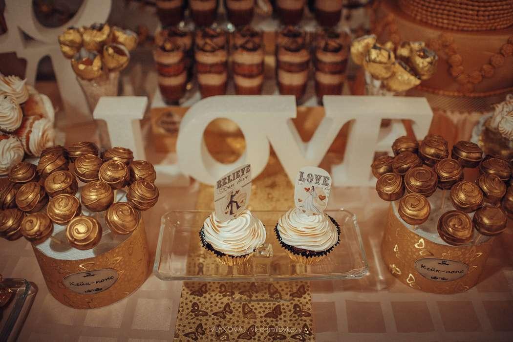 Кенди бар из золотистых кейк-попсов на высоких шпажках, капкейков, украшенных белым кремом, золотистой присыпкой, - фото 1762707  Торты на заказ от Воротынцевой Марины