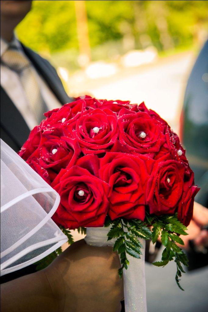 Круглый букет невесты розы красные, цветов москвы