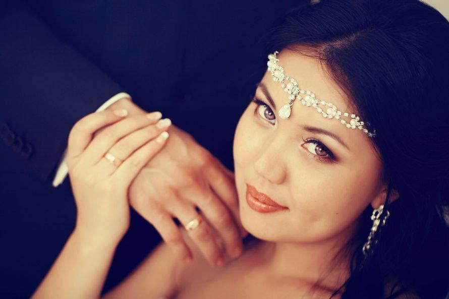 Украшение на голову в индийском стиле со стразами и каплевидной центральной белой подвеской  - фото 1621819 Свадебный стилист Марина Димина