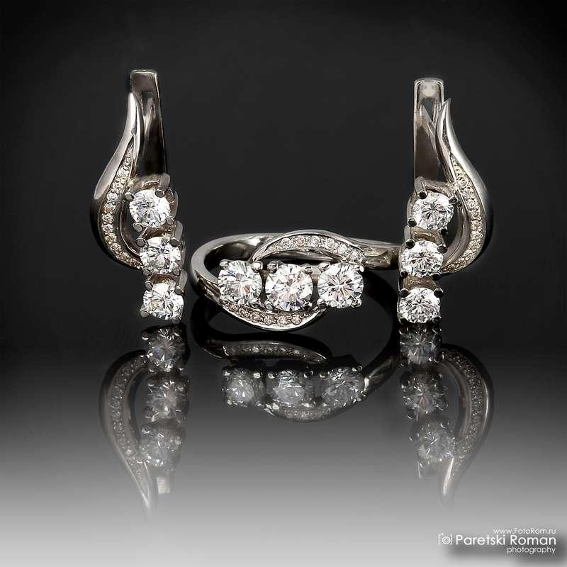 Кольцо из белого золота с драгоценными камнями, на фоне драгоценностей и зеркальном фоне. - фото 596440 Фотограф Роман Парецкий